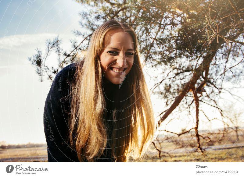 Funny Outtake Natur Jugendliche schön Junge Frau Baum Sonne Landschaft Freude 18-30 Jahre Wald Erwachsene Herbst Stil lachen Glück Lifestyle