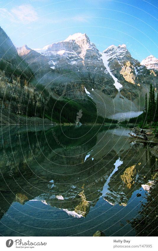 Die andere Seite Berge u. Gebirge See Wasser Oberfläche Glätte Spiegel durchsichtig ruhig Frieden Schnee Gipfel blau Schönes Wetter Blauer Himmel Wolken Alberta