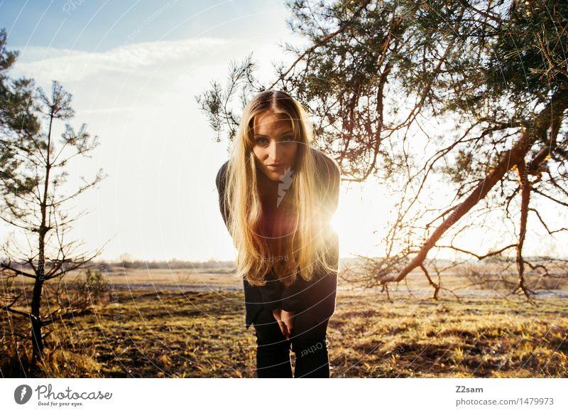 Was geht? Lifestyle elegant Stil Junge Frau Jugendliche 18-30 Jahre Erwachsene Natur Landschaft Sonne Herbst Schönes Wetter Baum Sträucher Mode Mantel brünett