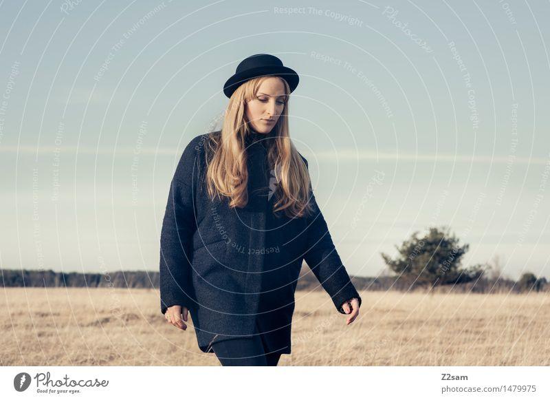 Always straightforward Natur Jugendliche schön Junge Frau Landschaft Erwachsene Herbst Gras feminin Stil Lifestyle Denken Mode gehen nachdenklich elegant