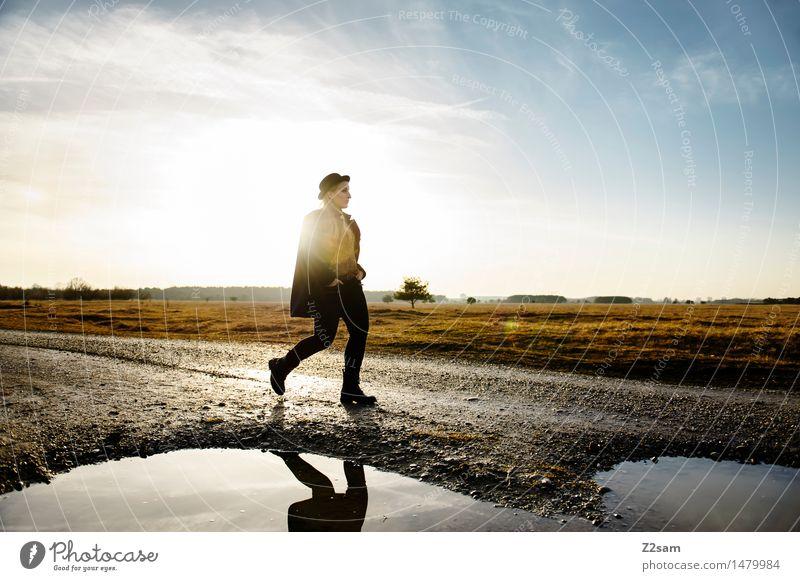 straight ahead Natur Jugendliche schön Junge Frau Landschaft 18-30 Jahre Erwachsene Herbst Wege & Pfade feminin Stil Lifestyle Mode gehen elegant Idylle