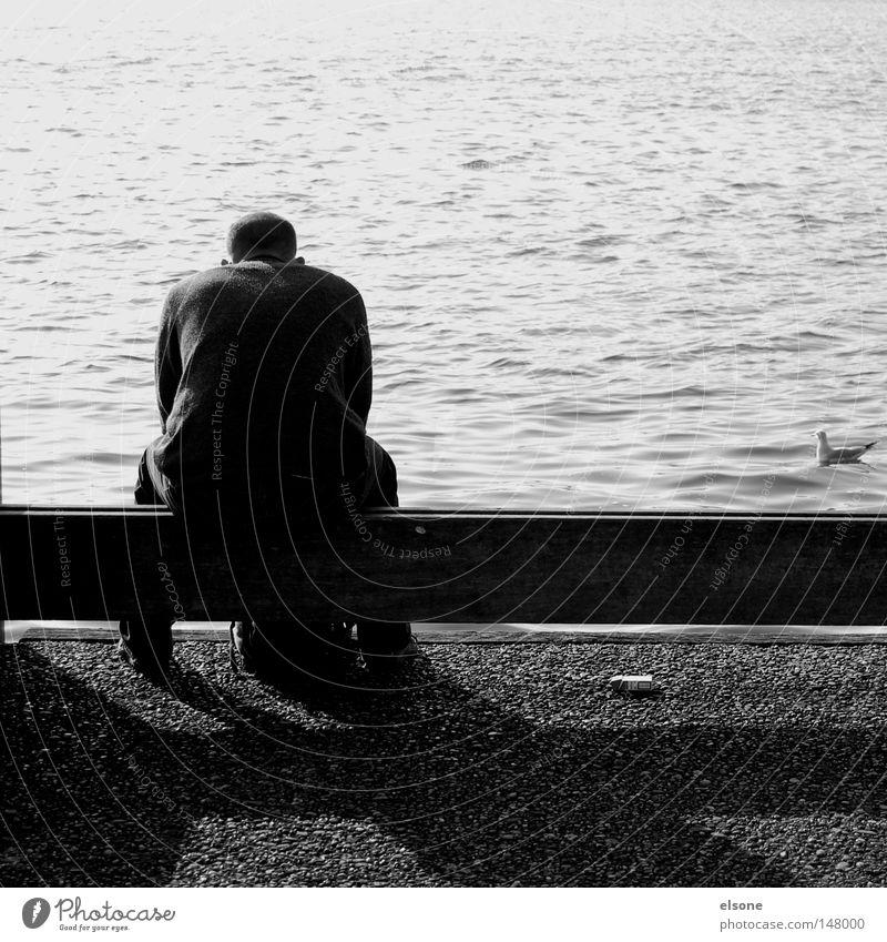 ::TAG 305:: Feiertag ruhig Pause Erholung warten Denken genießen sitzen Meer Ferne Mann Einsamkeit Schwarzweißfoto Wasser nachdenken elsone