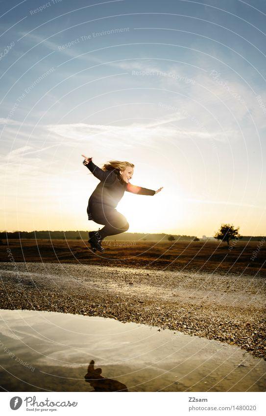 Das Leben ist schön Lifestyle Stil feminin Junge Frau Jugendliche 30-45 Jahre Erwachsene Landschaft Herbst Schönes Wetter Heide Mode Mantel Stiefel blond