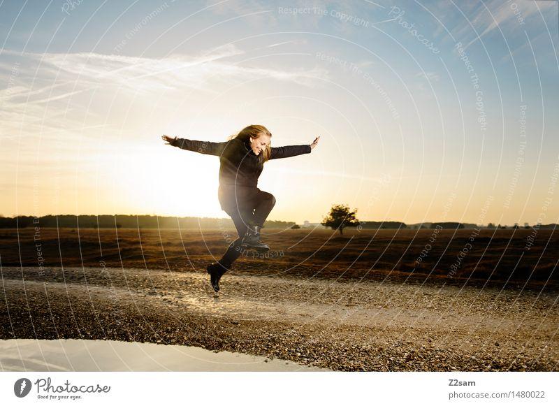 Das Leben ist schön Lifestyle Stil Landschaft Himmel Sonnenaufgang Sonnenuntergang Herbst Schönes Wetter Heide Mode Mantel Stiefel blond langhaarig springen