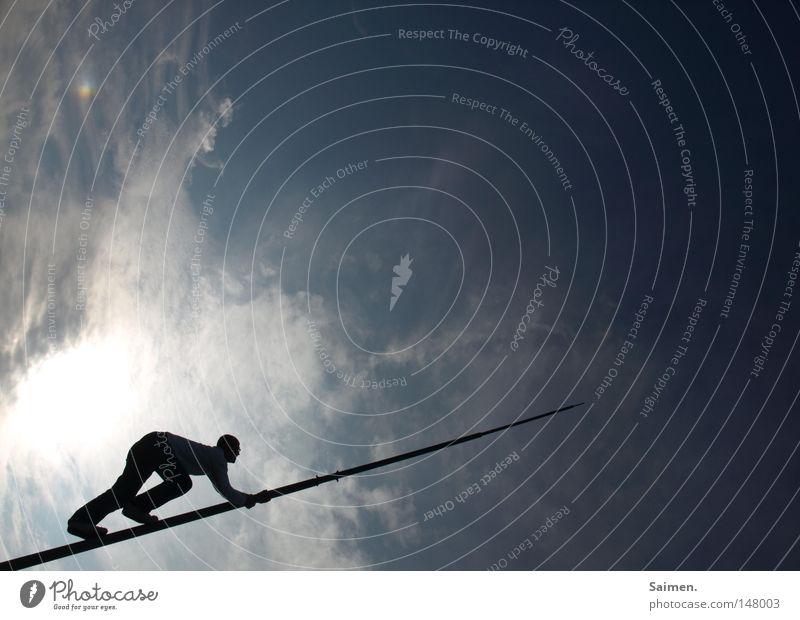 walk the line Himmel Schatten dunkel hell Kontrast Mann Klettern Freeclimbing Wolken Silhouette Fahnenmast Stab dünn schmal blau Ende vorwärts gebeugt schwierig