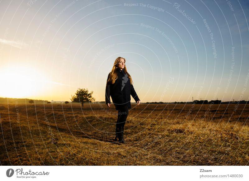 Herbst ist der neue Winter Lifestyle elegant Stil feminin Junge Frau Jugendliche 18-30 Jahre Erwachsene Natur Landschaft Schönes Wetter Heide Mode Mantel blond
