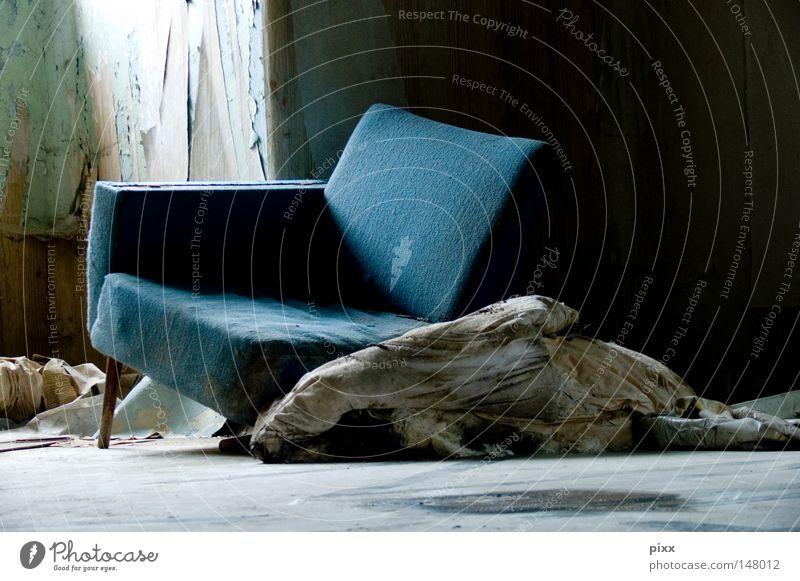 SitzenBleiber alt blau Einsamkeit Erholung Fenster Pause Häusliches Leben Stuhl Vergänglichkeit verfallen Müll Möbel Verfall Metallfeder Ruine schäbig