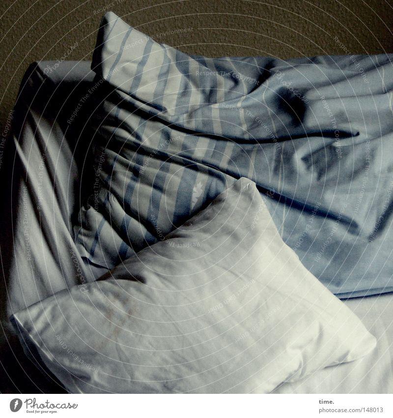 Station III, Zimmer 14 blau weiß dunkel Bett Stoff Falte Bettwäsche Kissen Schlafzimmer unordentlich Baumwolle halbdunkel Krankenbett Kopfkissen