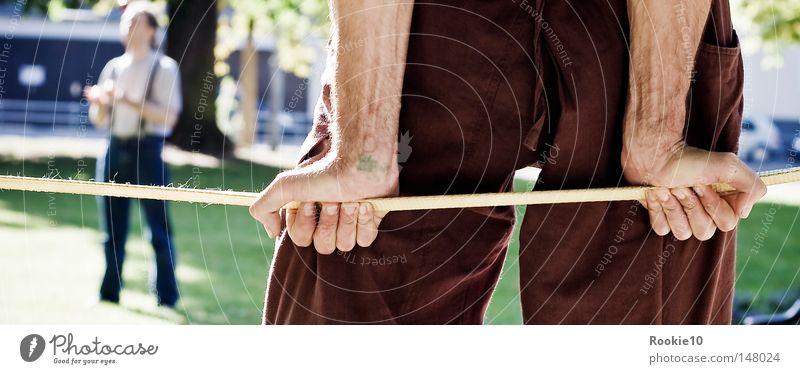 Stütze(n) Mensch Mann Hand grün Sommer Park Kraft warten Arme Seil Perspektive mehrere Macht stoppen fangen festhalten