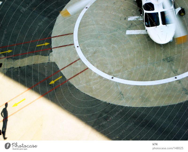 """""""... wir haben keine Zeit zu verlieren. Roger, over and out."""" Mensch Bewegung Flugzeug warten fliegen Beginn Geschwindigkeit Kreis Luftverkehr Flugzeuglandung Hubschrauber"""