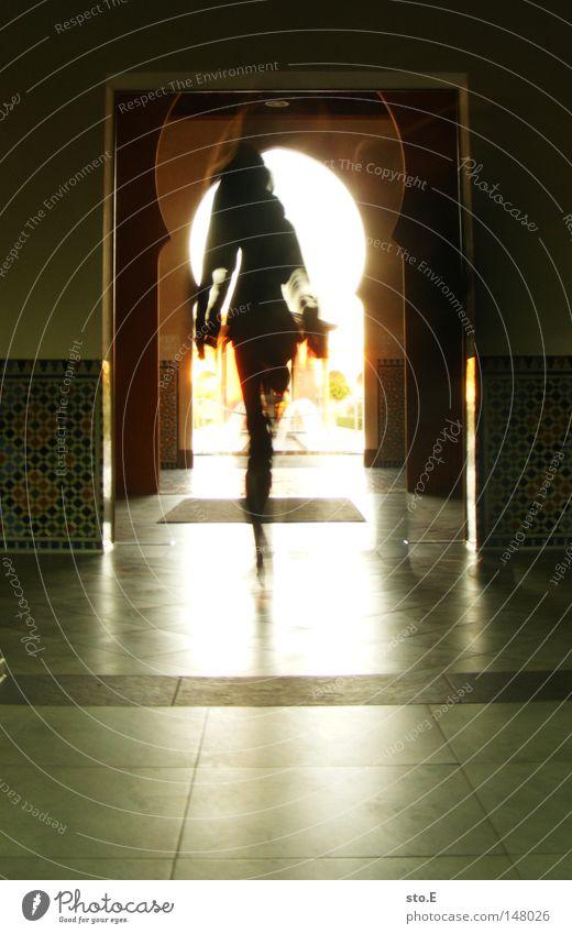 Weg zur Quelle Frau Mensch schwarz Erholung Straße dunkel Bewegung Garten Wege & Pfade Stein hell Tür Beleuchtung Raum Freizeit & Hobby gehen