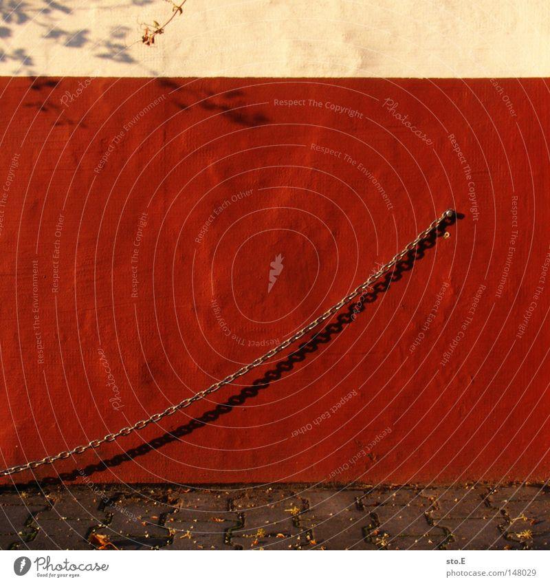 wandpiercing rot Haus Wand Mauer Gebäude dreckig Fassade Industrie Ordnung Sträucher Ast streichen Quadrat Handwerk Verkehrswege Kopfsteinpflaster