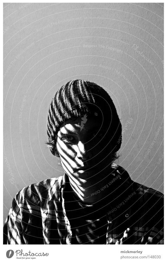 Hinter Gitter Mann weiß ruhig Winter schwarz Erwachsene kalt Wand Herbst grau Linie Frieden Hemd Gitter ernst Justizvollzugsanstalt
