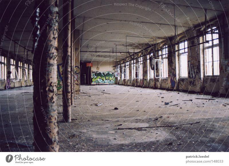 [H08.2] Ruine alt Einsamkeit Fenster Graffiti Beton Industrie trist kaputt Müll verfallen Stahl Röhren Verfall Rost schäbig