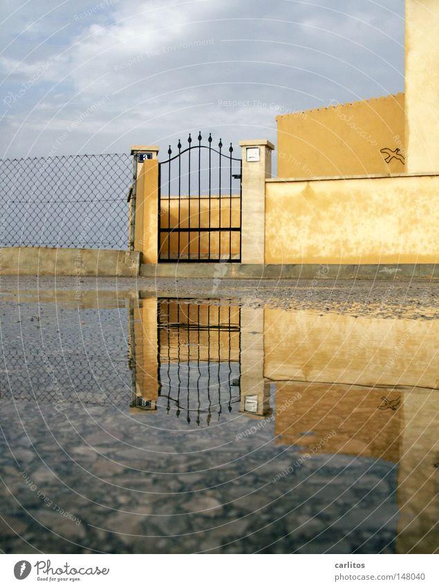 Im Süden nichts Neues Wasser Ferien & Urlaub & Reisen Haus Mauer Regen geschlossen Häusliches Leben Tor Spanien Pfütze Mallorca Insolvenz Symmetrie Ambiente mediterran Ferienhaus
