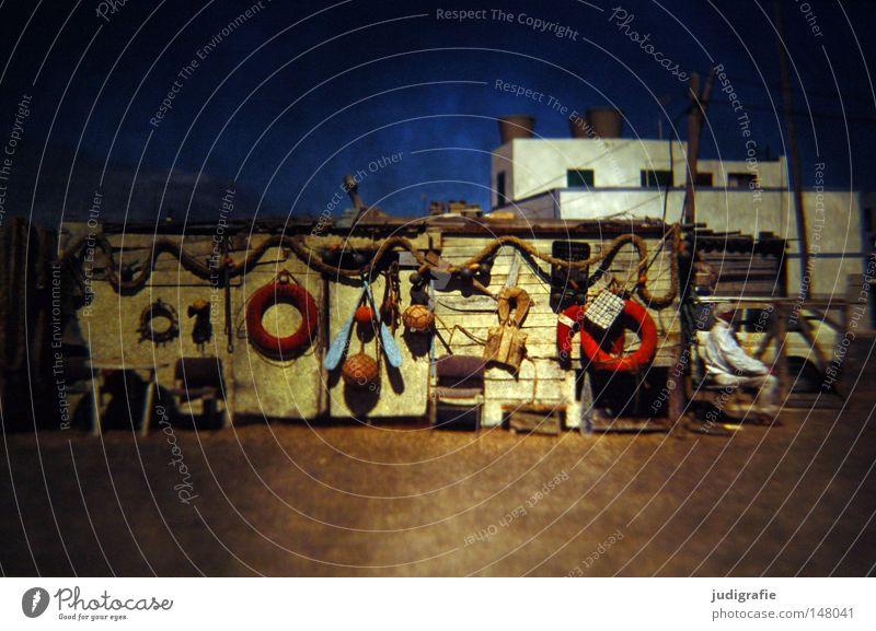 Rücksicht/Durchsicht Mann Wasser Himmel Meer Farbe Mauer Gebäude Küste warten Seil sitzen Tisch Stuhl Netz obskur