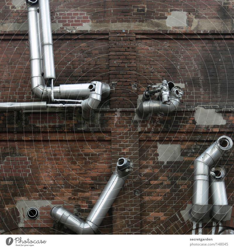 [H 08.2] schief und krumm alt rot Einsamkeit Leben Wand grau Wege & Pfade Mauer Metall Linie Arbeit & Erwerbstätigkeit Arme Rücken glänzend Fassade