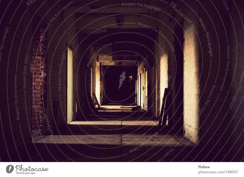 Dunkelheit alt Einsamkeit Haus kalt Wärme Gebäude Mauer Raum Angst dreckig Tür leer gefährlich Beton bedrohlich kaputt