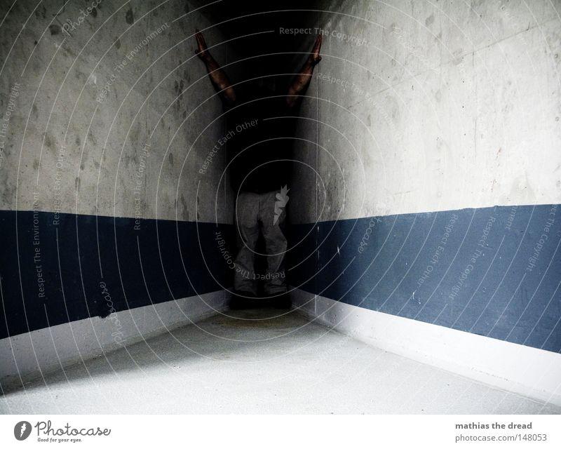 DUNKLE ECKE Raum Innenaufnahme Beton Betonwand Betonbauweise Fluchtpunkt Fluchtlinie Zentralperspektive Mensch Streifen eingezwängt zwischen Zwischenraum