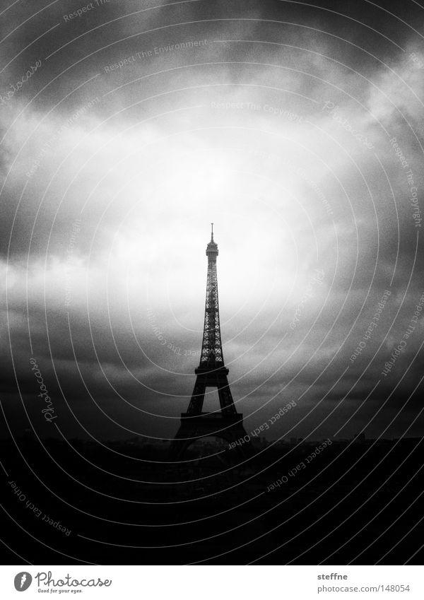 3..2..1..TAKEOFF! Paris Frankreich Tour d'Eiffel Weltausstellung Wolken dunkel bedrohlich Rakete Raketenstart außerirdisch beeindruckend schwarz weiß Spitze