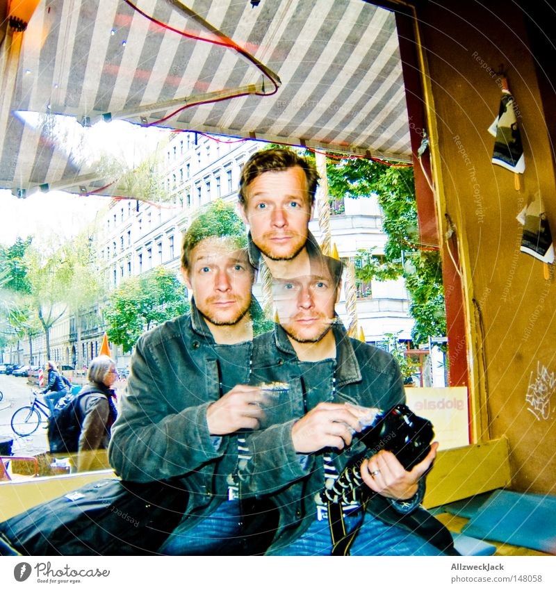 BLN08 | Kalle³ Mann maskulin erstaunt ratlos Kopf 2 3 Computer-Nutzer Markise gestreift Schaufenster Glas Fenster Neukölln Stadtteil Fotokamera schwarz Fotograf