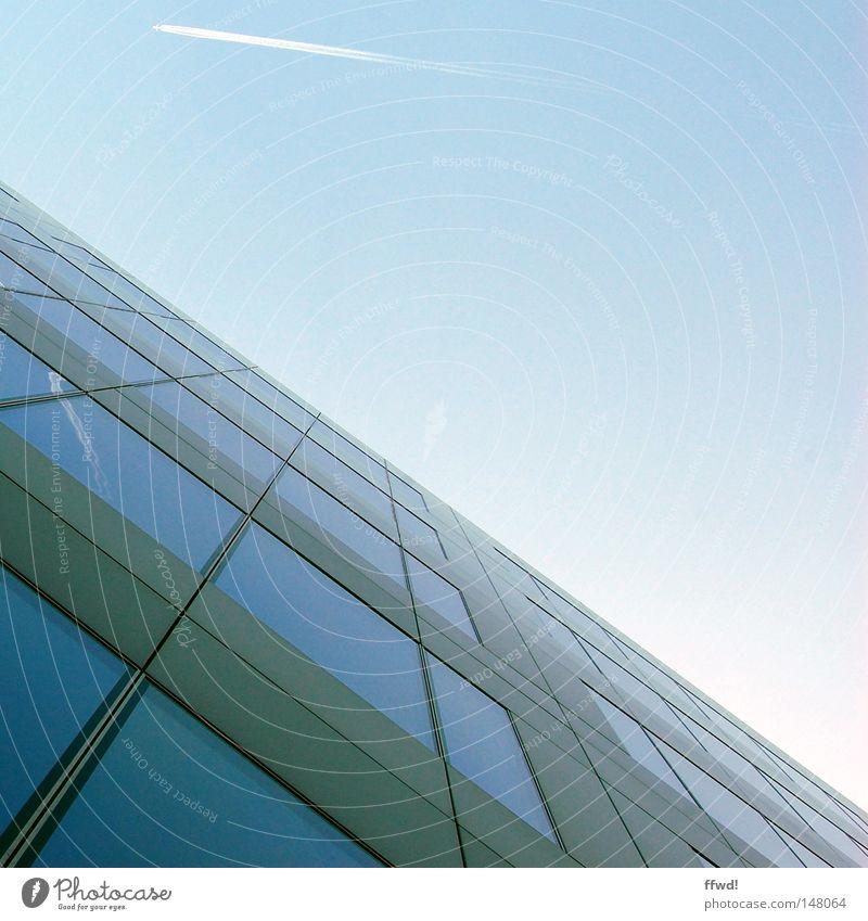 skyhigh Himmel blau Fenster oben Architektur Glas Fassade hoch Flugzeug modern Hochhaus Perspektive Zukunft Geldinstitut Bankgebäude