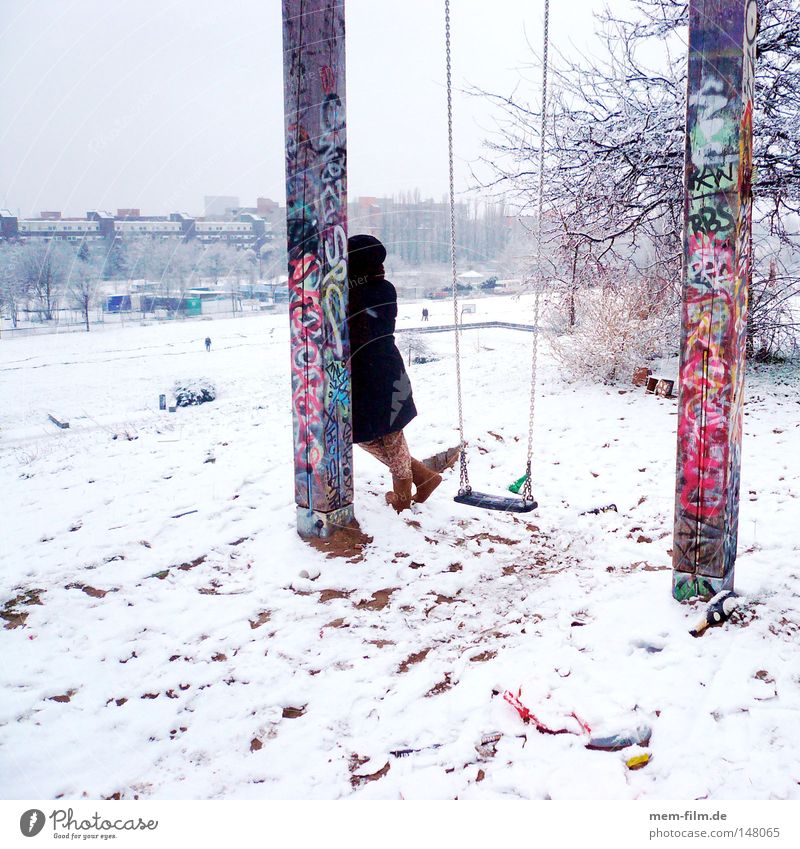 wartend im schnee angelehnt Frau Mantel Verabredung Verspätung Berlin Schaukel Schnee Neujahrsfest Januar Dezember Aufschrift Graffiti mehrfarbig kalt