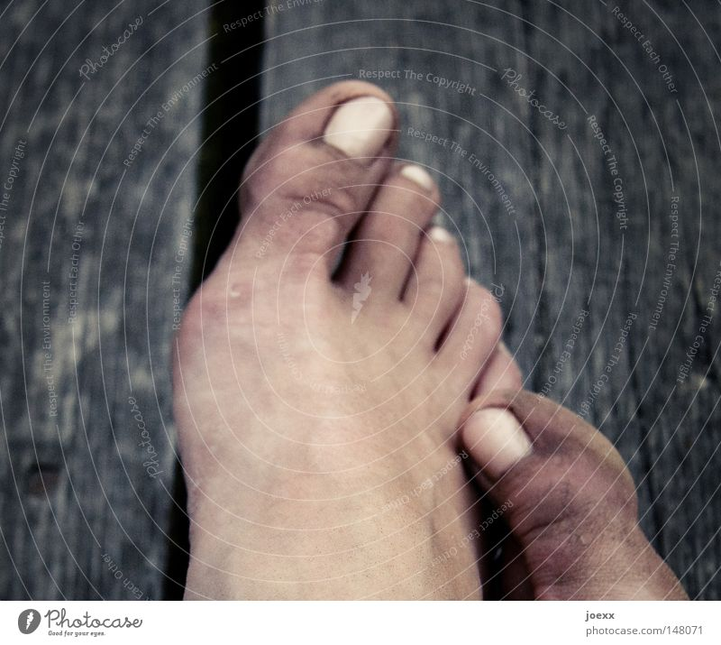 Erde an Fuß Pause Erholung Barfuß dreckig Zehennagel Fußsohle gehen Holz Holzbauweise Holzbrett Holzfarbe holzig Holzleiste Holzplatte klein laufen ruhen