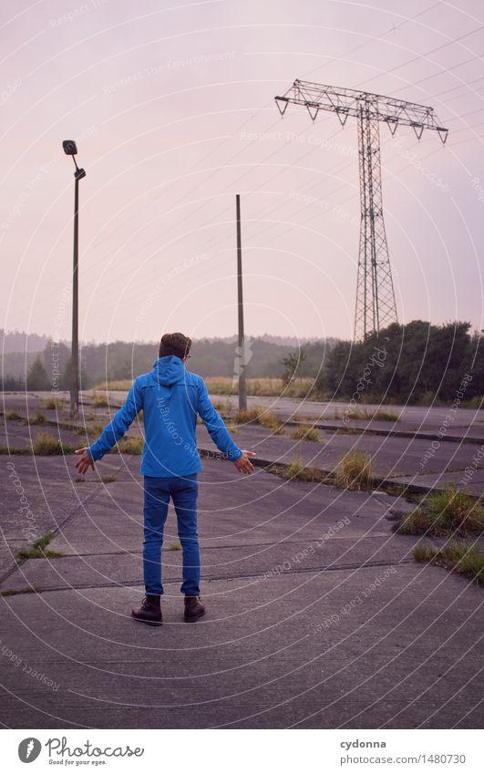 Nüscht los hier? Mensch Jugendliche Stadt Junger Mann Einsamkeit 18-30 Jahre Erwachsene Straße Leben Wege & Pfade trist stehen Platz Vergänglichkeit