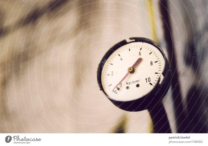 [H08.2] Under pressure alt Arbeit & Erwerbstätigkeit Industrie Industriefotografie Fabrik kaputt Baustelle Uhr verfallen Verfall Gas Druck Industrieanlage