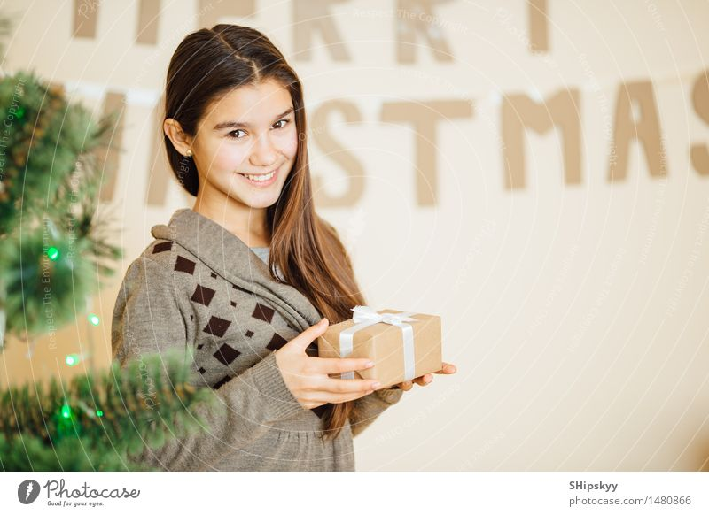 Mensch Kind Jugendliche Weihnachten & Advent grün schön Baum Mädchen Gesicht gelb Auge Liebe braun Lampe träumen 13-18 Jahre