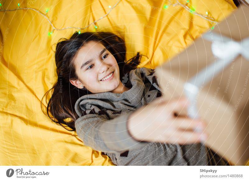 Mensch Kind Jugendliche Weihnachten & Advent schön weiß Mädchen Gesicht gelb Auge Leben lustig lachen hell Freundschaft orange