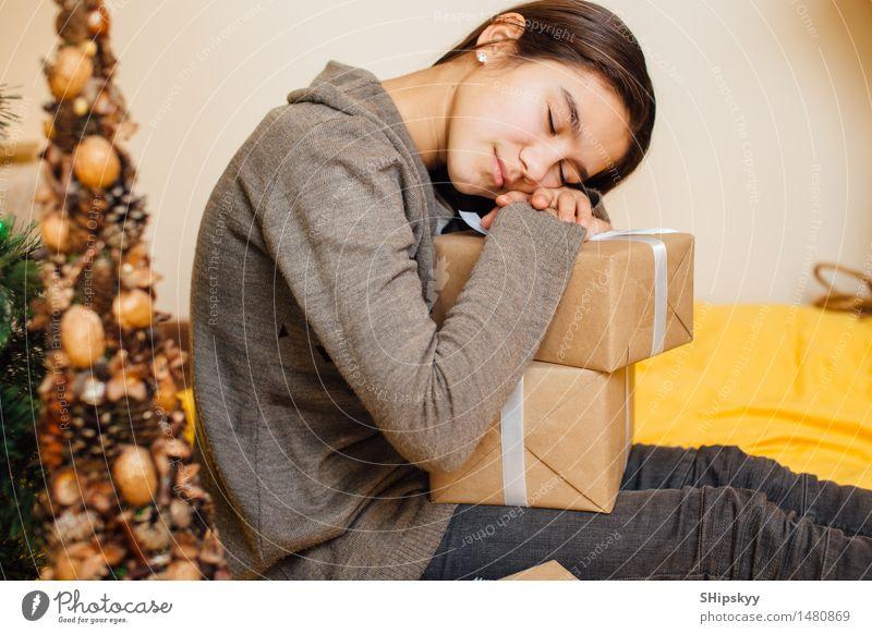 Schlaf des kleinen Mädchens auf ihren Geschenken Stil Design schön Körper Spielen Wohnzimmer Weihnachten & Advent Silvester u. Neujahr Geburtstag Kind Schwester