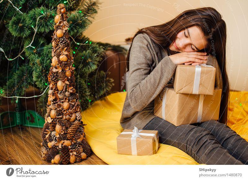 Kleines Mädchen, das auf ihren Geschenken und mit Lächeln schläft, stellen gegenüber Mensch Kind Jugendliche Weihnachten & Advent grün schön Baum Hand Winter