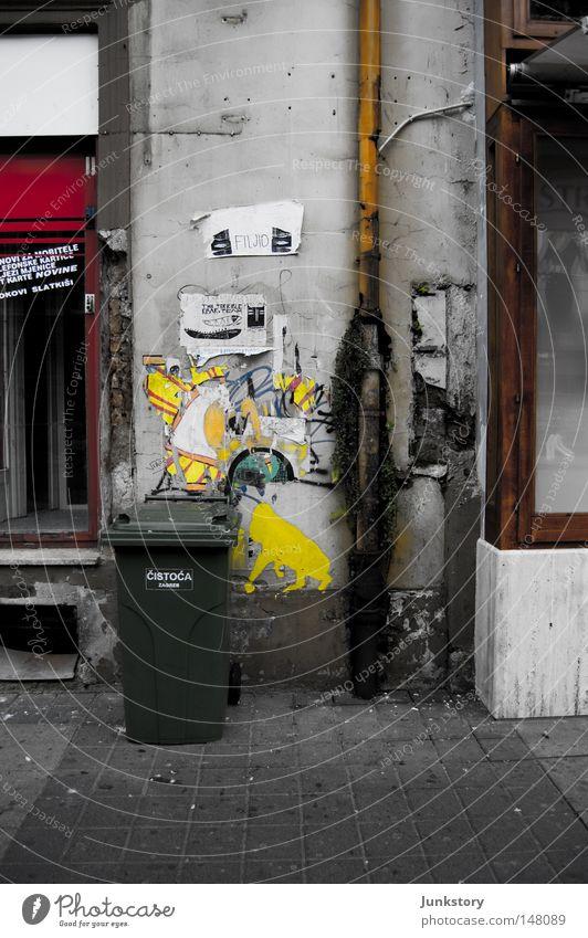 Croatian Trash in Autumn (oder andere Arty Farty Titel) alt Stadt rot Einsamkeit schwarz gelb Wand grau Mauer Traurigkeit Stein Glas dreckig Fassade Beton Boden