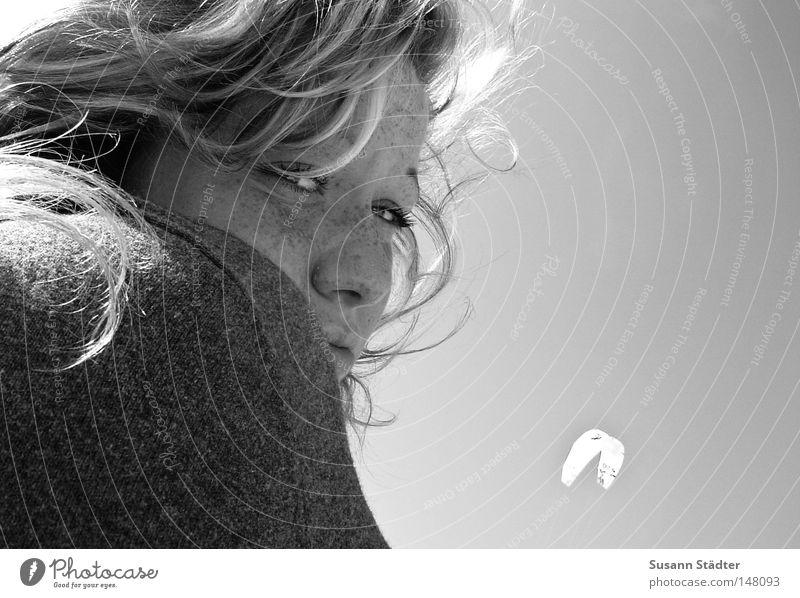 Ostseewind Frau Jugendliche blau weiß schwarz Haare & Frisuren 18-30 Jahre Locken langhaarig Bildausschnitt Anschnitt Jungfrau Gesichtsausschnitt Zurückblicken Vor hellem Hintergrund