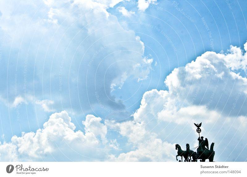 Himmelsreiter II Berlin Brandenburger Tor Sommer Physik heiß Wetter Meteorologie Wolken Altokumulus floccus Schweiß Hauptstadt Deutschland Pferd Denkmal