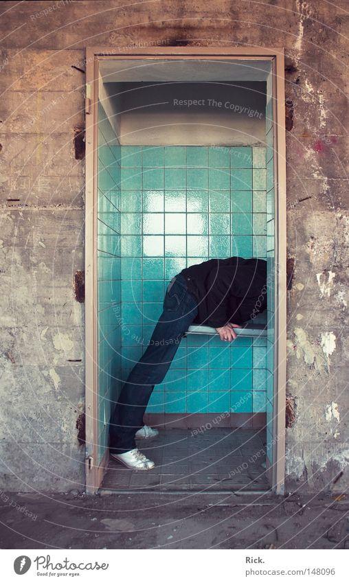 .In die Röhre schaun / .Auf Motiv-Suche Mensch Mann Hand alt weiß blau Einsamkeit schwarz gelb Wand Spielen Fenster Stein Wärme Mauer Gebäude