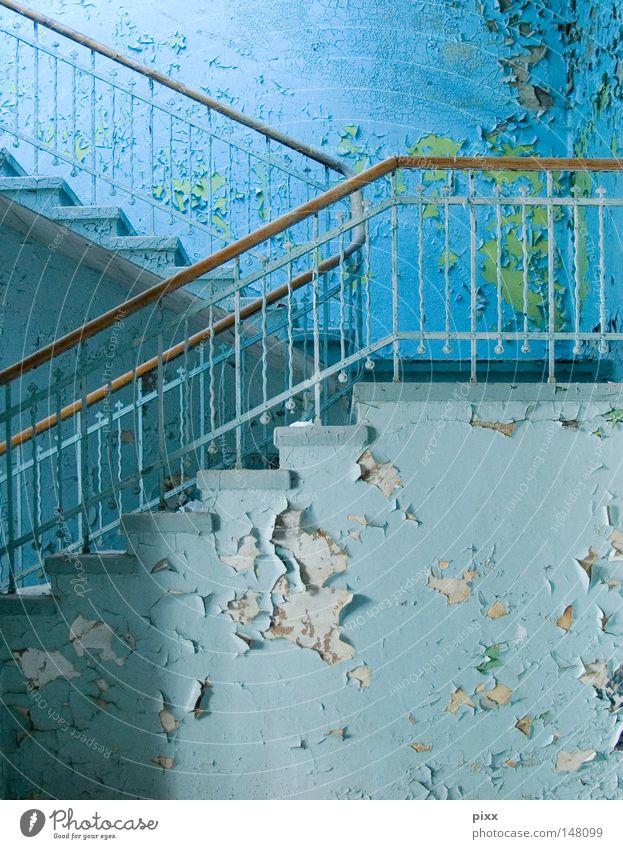 Ich warte oben grün blau Leben Wand oben Holz grau Farbstoff Mauer hell Architektur Treppe Ende Vergänglichkeit Gastronomie streichen