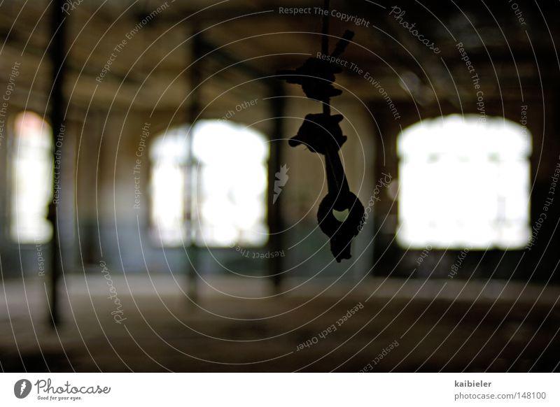 rumhängen ruhig Einsamkeit dunkel Fenster Traurigkeit Gebäude Zeit Industrie Vergänglichkeit verfallen gefroren Bauwerk Leipzig Ruine Industrieanlage