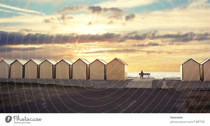 Ein Haus am See Meer Sonnenuntergang Bank Wolken Streifen Promenade Freiheit kalt Einsamkeit Denken HDR Standpromenade