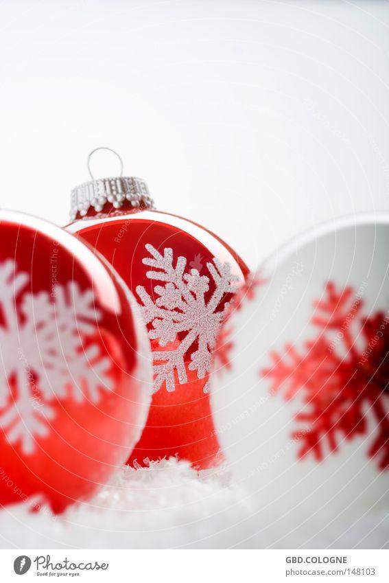 Der Countdown läuft... Stil Design Winter Schnee Dekoration & Verzierung Glas Kugel glänzend hell rund rot weiß Fröhlichkeit Vorfreude Begeisterung Kitsch