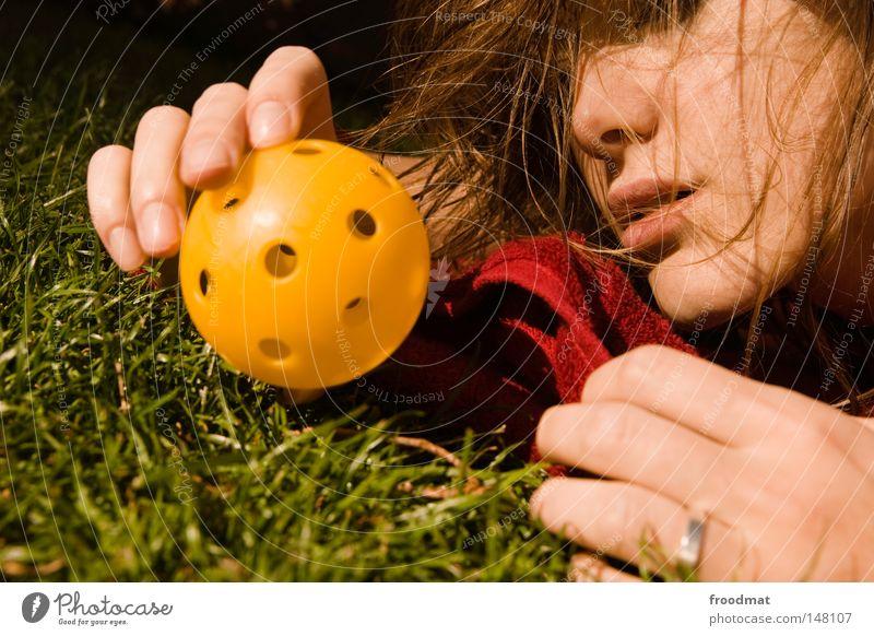 die welt ist gelb und hat löcher Frau Natur Hand schön Sommer Gesicht Erholung Wiese Gefühle Gras Haare & Frisuren Glück Erde Mund Rücken