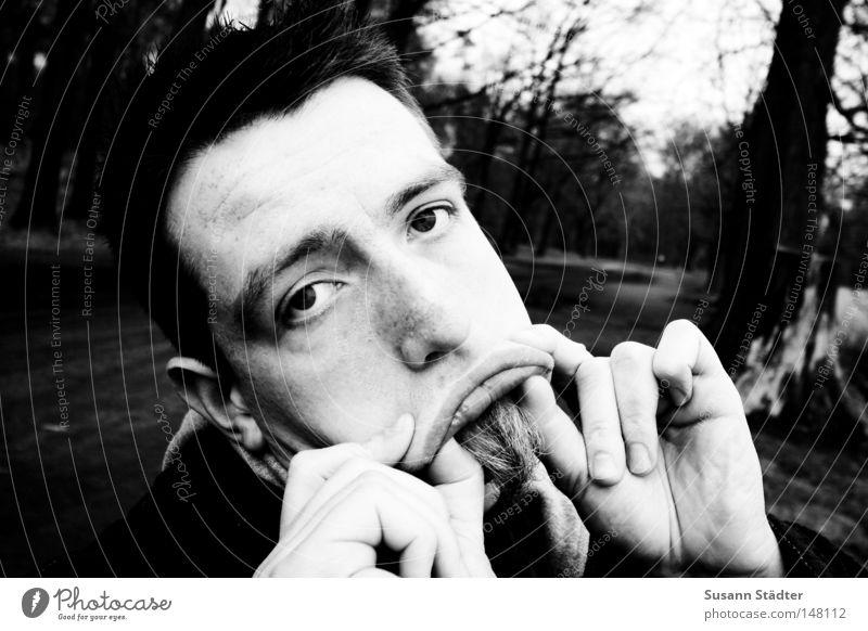 Superschnute Mund Zunge Gesicht Spaziergang Jagdschloss Moritzburg schwarz weiß Schwarzweißfoto Mann Bart Hand Augenbraue Trauer Blick böse Enttäuschung