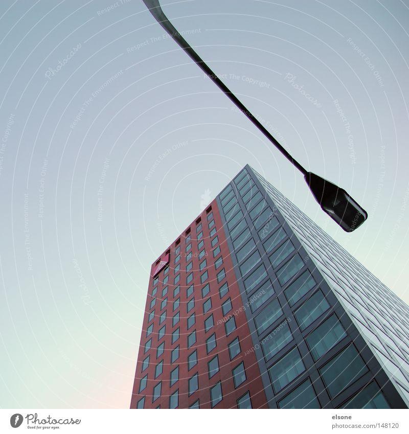 ZUNEIGUNG Himmel blau Stadt Wolken Haus schwarz kalt dunkel Leben Fenster Freiheit oben Architektur grau Stein