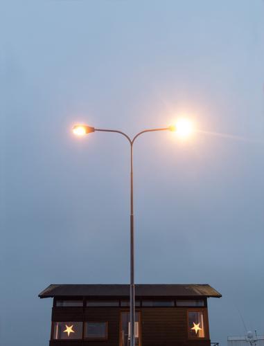 Weihnachtsbeleuchtung Weihnachten & Advent ruhig Haus Fenster gelb Glück klein Fassade paarweise einzigartig Stern (Symbol) Straßenbeleuchtung Team Hafen