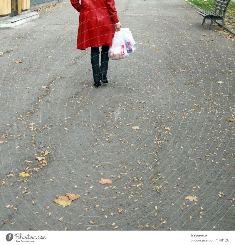 rot Frau Blatt kaufen Tasche Beutel Mantel Asphalt Mensch Plastiktüte Sack Herbst Straße Einsamkeit Beine laufen