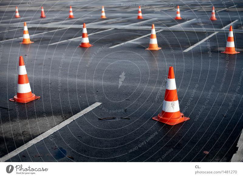 hütchenspiel Parkhaus Verkehr Verkehrswege Straßenverkehr Autofahren Wege & Pfade Parkplatz Verkehrsleitkegel Verkehrszeichen Linie Ordnungsliebe komplex