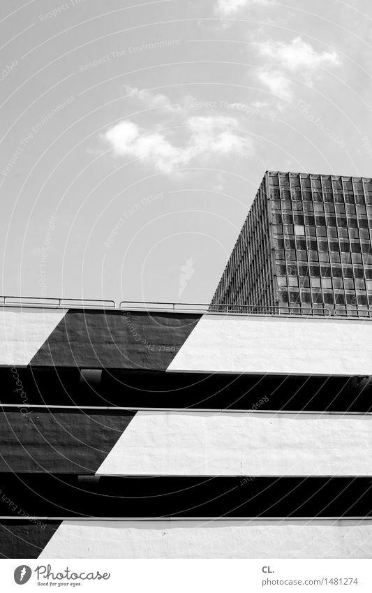 linie Himmel Wolken Schönes Wetter Stadt Stadtzentrum Hochhaus Parkhaus Bauwerk Gebäude Architektur Mauer Wand Fassade Fenster eckig Unendlichkeit