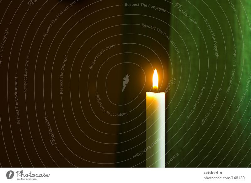 Kerze Flamme Weihnachten & Advent Einsamkeit Single brennen Beleuchtung Licht erleuchten Erkenntnis Wachs Frieden sanft strahlend Romantik Festessen dünn Raum